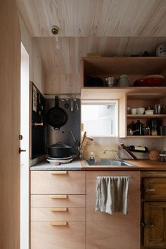 Elegant and simple wooden kitchen Plywood Cabinets Kitchen, Wooden Kitchen, Kitchen Backsplash, Kitchen Dining, Japanese Home Design, Japanese Interior, Minimalist Kitchen, Tiny Living, Kitchen Colors