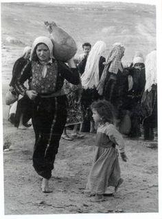 Femme & Enfant fuyant la Palestine lors de la Nakba | Community Post: 31 Unbelievable Photographs Israel Doesn't Want You To See!