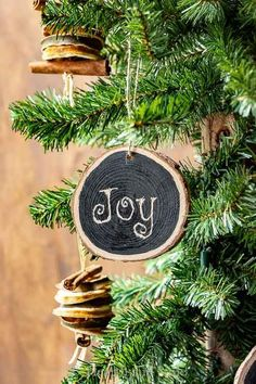 Learn how to easily create beautiful wood slice ornaments perfect for Christmas tree decorations, gifts tags, or coasters. Free printables for this rustic, DIY chalkboard craft. Wood Ornaments, Diy Christmas Ornaments, Rustic Christmas, White Christmas, Christmas Events, All Things Christmas, Christmas Holidays, Christmas Feeling, Christmas Traditions