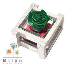 MANAUS versión rustica. Es una rosa natural preservada que dura más de un año sin perder sus propiedades, textura y color. Rosa Eterna en florero con madera y piedras.