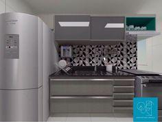 Cozinhas cinzas são ótimas, modernas, neutras e permitem misturas interessantes, como essa com nichos na cor esmeralda e revestimentos geométricos.  Descubra você também o que a Quest pode fazer pelo seu projeto! 💡#byquestarc #interiores #interiors #cozinha #cinza #kitchen #esmeralda #decor #modulados