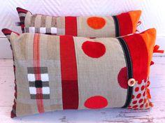 Une nouvelle paire de coussins bohème dans des tons chauds de rouges orangés et de lin. Ils sont réalisés dans un patchwork de tissus de récupération et ornés de rubans et boutons assortis. Les coussins sont déhoussables et mesurent 46/30cm Vendus!