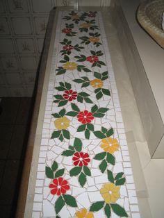 Mosaico floral, barrado em cerâmica para mesa de cozinha.