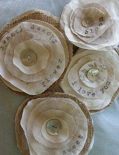 comment faire des fleurs en tissu, décoration rustique récup, pièces de tissu rondes superposés et cousus avec un bouton