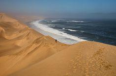 Sandwich Harbour wurde in Namibia, Walfischbucht aufgenommen und hat folgende Stichwörter: Dünen, Atlantik, Meer.