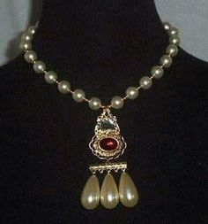Queen Elizabeth I - pearl and ruby necklace. Historians say it's possible that the pearls may have belonged originally to her mother, Anne Boleyn. Ancient Jewelry, Antique Jewelry, Vintage Jewelry, Elizabeth I, Princess Elizabeth, Royal Crowns, Tiaras And Crowns, Renaissance, Dinastia Tudor