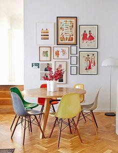 Cadeiras simples, de bom design, podem ser usadas misturadas até mesmo em cores diferentes. Algumas delas é fácil mudar a cor.
