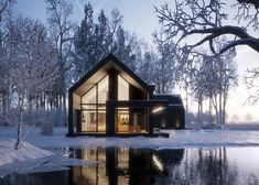 When you live around so many fantastic lakes, you might as well have a modern lake house. There are so many fantastic modern lake house designs, of course the p Modern Lake House, Modern Barn, Modern House Design, Contemporary Design, Black House Exterior, Casas Containers, Modern Farmhouse Exterior, Exterior Design, Exterior Paint