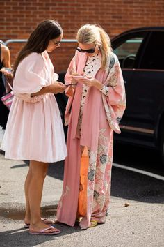19 Oversized Dresses You Can Transition Into Fall — Bubble Balloon Sleeve Dress fashion fashion summer fashion winter outfits Kleidung Fashion Foto, Estilo Fashion, Fashion 2020, Look Fashion, Street Fashion, Ideias Fashion, Fashion Design, Kimono Fashion, Kimono Outfit