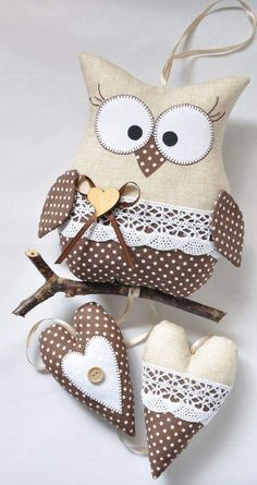 The charming owl on the stick was made of cotton fabrics. - The charming owl on the stick was made of cotton fabrics. Fabric Toys, Fabric Art, Fabric Scraps, Sewing Toys, Sewing Crafts, Sewing Projects, Sewing Stuffed Animals, Stuffed Animal Patterns, Owl Crafts