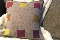 Use BERNINA rulers and free-motion quilting methods to create something beautiful, such as this pillow, for any spot in the house. Quilting Rulers, Quilt Binding, Longarm Quilting, Free Motion Quilting, Machine Quilting Patterns, Quilt Patterns, Machine Embroidery, Walking Foot Quilting, Modern Quilting Designs