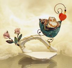 Birdie on cup handle with roses