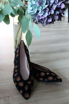 Start walking on the vegan side consciously with Léopard! With vegan golden embroidery on black velvet and an original pattern, Léopard is perfect for your office looks and after work parties. Look beautiful and comfy all day long!