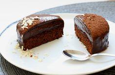 Să nu aveți încredere niciodată în oamenii care nu iubesc ciocolata. Ceva este în neregulă cu ei. Pasiunea mea pentru ciocolată m-a adus în punctul acesta, în care am ajuns să iubesc toată bucătăria. Ador ciocolata în toate formele: brută, topită, cremă, înghețată, tot. Pentru tema acestei săptămâni am ales să fac un desert în care mă bazez pe ciocolată. Nici măcar nu i-am dat o denumire.