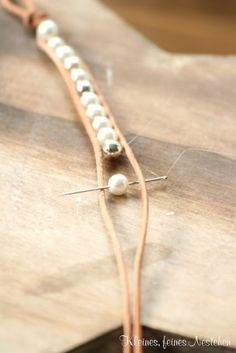 Un brazalete DIY de alto contraste: perlas y cuero im gonna do this with pearls and navy blue cord for dallas cowboys bracelet… Tuto bracelet wrap double rangees two string pearl wrap bracelet with either white or natural leather. Diy Leather And Bead Bracelet, Leather Jewelry, Wire Jewelry, Jewelry Crafts, Beaded Jewelry, Jewelery, Handmade Jewelry, Diy Bracelet, Leather Bracelets