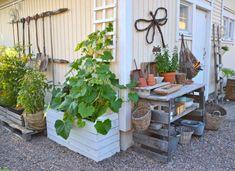 Puutarha / gardening , heinäseipäät kuormalava