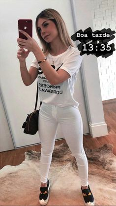 Moda Femenina Tenis Blancos 54 New Ideas Holiday Fashion, Trendy Fashion, Fashion Looks, Chic Outfits, Summer Outfits, Fashion Outfits, Fashion Shorts, Superenge Jeans, White Jeans Outfit