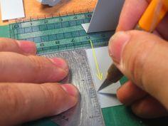 岬光彰 @mitsuakimisaki作 0.3mmプラ板の小口の斜め削りは、切り出しの後だと長い直線をピシッと正確に削るのは難しそうなので、カットする段階でデザインナイフの刃を横に引いて使って角度を出してます