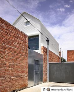 Grant House in North Fitzroy, Architects Melbourne / Austin Maynard - Architecture Luz Natural, Grant House, Architects Melbourne, Australian Architecture, Green Architecture, Boundary Walls, Brick Design, Secret Rooms, Brickwork