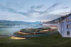 In Le Brassus dreht sich der spiralförmige Museumsbau von Bjarke Ingels regelrecht aus der Landschaft des Vallée de Joux. Kengo Kuma, Audemars Piguet, Doha, Dundee, Städel Museum, Contemporary Museum, Contemporary Architecture, Cultural Architecture, Diving