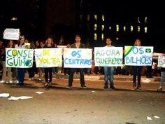 Manifestantes exibem cartazes reivindicando o dinheiro público desviado.