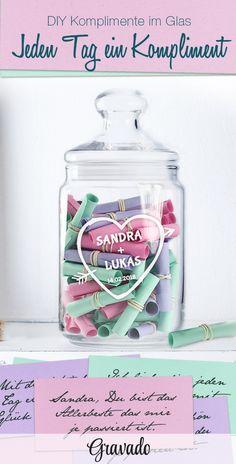 Geschenke im Glas sind eine schöne Idee zu verschiedenen Anlässen. Dieses DIY Geschenk Komplimente im Glas ist schön als Geschenkidee zum Valentinstag oder zum Geburtstag. Unser schönes Bonbonglas mit Gravur eignet sich perfekt und wird personalisiert. Einfach aus verschiedenfarbigen Papieren kleine Lose basteln und mit Komplimenten oder einem süßen Spruch beschriften. So gibt es jeden Tag ein bisschen Liebe to go. Eine schöne Geschenkidee für den Freund, oder den Mann. Auch für Männer…