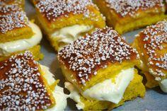 Saffransbullar i långpanna med vitchokladfluff - Victorias provkök Cookie Desserts, Cookie Recipes, Dessert Recipes, Christmas Desserts, Christmas Baking, Tasty, Yummy Food, Delicious Recipes, Sweet Bakery