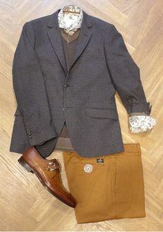 Set van de dag: Bertoni of Denmark Het overhemd, colbert en de V-neck pullover zijn van het Deense merk Bertoni. De chino is van Mason's en de schoenen van Santoni.