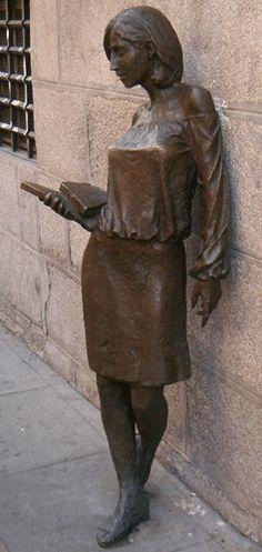 """Lezende vrouwen --""""Monumento a la Antigua Universidad de Madrid"""". Brons 2003 Staat in de Calle de Pez, Madrid (Foto: P. Veldhuijzen)"""