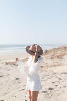 Combinaison blanche Seventies | SP4NK BLOG Summer Dream, Summer Girls, Summer Beach, Summer Time, Beach Photography Poses, Beach Portraits, Urban Outfitters Hats, Beyond The Sea, Asos