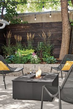 Modern fire table Modern Backyard, Backyard Patio, Backyard Landscaping, Backyard Ideas, Outdoor Fire Table, Outdoor Decor, Fire Table Propane, Pergola Diy, Types Of Fire
