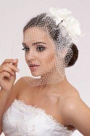 Een schitterende haarbloem fascinator voor bruidskapsels. Bloem met swarovski kristallen. Met een netje.