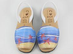 Avarcas menorquinas con estrellas de mar, diseño original de Laura Benítez