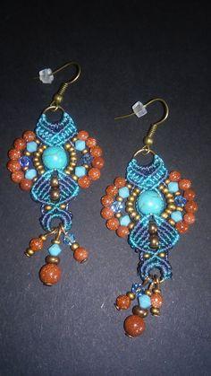 Boucles d'oreilles Boho chic en macramé, bleu turquoise, perles gemmes turquoise et goldsand stone, toupies swarovski, breloques : Boucles d'oreille par elyss-craft