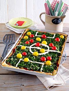 """Zweierlei Tomaten auf Spinat, Torlinien und Mittelkreis aus Frischkäse - über diese Pizza freuen sich die Gäste, die zum """"Fussi gucken"""" vorbei kommen, garantiert!"""