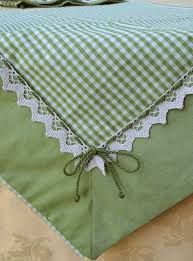 The kiwi green color of these fabrics makes this centerpiece fresh and youthful, ideal for a kitchen or a dining room in shabby chic style Table Runner And Placemats, Quilted Table Runners, Fabric Crafts, Sewing Crafts, Sewing Projects, Quilt Patterns, Sewing Patterns, Quilt Border, Mug Rugs