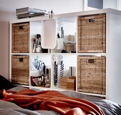 Doppelseitige Aufbewahrungen wie hier KALLAX Regal in Weiß eignen sich hervorragend als Raumteiler. Hinzu kommt, dass problemlos auf der Wohnzimmerseite Bücher und auf der Schlafzimmerseite z. B. eine Frisierstation Platz finden.