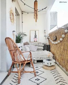 Balkon This Balcony Is What Boho-Chic Dreams Are Made of – Balkon ideen Small Balcony Design, Small Balcony Decor, Outdoor Balcony, Balcony Chairs, Balcony Ideas, Indoor Outdoor, Apartment Balcony Decorating, Apartment Balconies, Interior Decorating