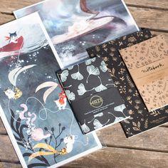 Ma dernière petite commande d' affiches et carnets d'artiste sur etsy venant de diverses provenances est à présent complète ! Comment ne pas craquer devant ces mignonitudes d'affiches de chat-sirènes de ©vivsketch (USA, Californie), les carnets de note de @nathalie_ouederni (Espagne, Barcelone) et celui de @maze_serigraphie_studio (France, Annecy) avec son motif gingko ? On en parle ?   #Affiche #Artiste #Carnet #Créationprint #Designprint #Fantasy #Graphisme #Il