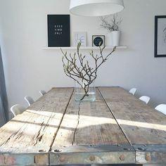 Da strahlt die liebe auf den Esstisch ... gemütlichen Sonntag noch für Euch ☺ Den schönen Magnolienzweig habe ich aus der @altstadtbluete . . . #houseofwood #living #interiordesign #scandicdesign #scandihome #nordicliving #blackandwhite #solebich #table #woodtable #selfmade #gerüstbohlen #allwhite #interiør #interior4all #solebich #wohnklamotte #monochrome #design #minimalism#altstadtbluete #magnolie#flowers #nordicdesign#interior123 #