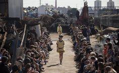 Desfile da grife Cavalera, no sexto dia do São Paulo Fashion Week Verão 2012/2013, em um ferro-velho na zona leste de SP Leia Mais