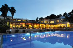 The Sa Punta is set in attractive gardens, less than 1640 feet from Sa Punta Beach. Costa, Swimming Pools, Spain, Mansions, House Styles, Beach, Books, Home Decor, Restaurants
