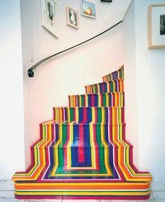 Kleurrijke trap. Deze trap is voorzien van gekleurde tape. Dat moet een werk geweest zijn!