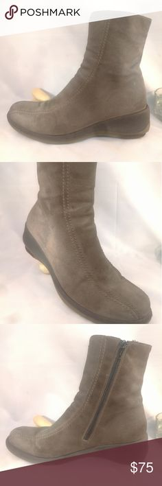 La Canadiene Women Size 8.5 Ankle Wedge Boots Pre-owned Excellent Condition normal wear. Waterproof. Please refer to all pics of this item to see all details and defects of this item. I'm available to answer all your questions about this item. La Canadienne Shoes Ankle Boots & Booties