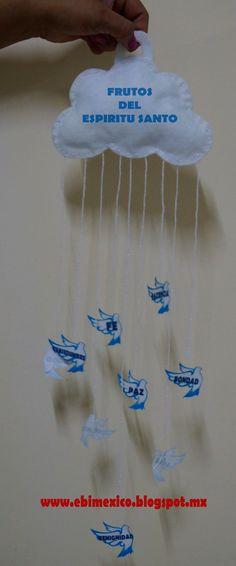 Que lindo recuerdo ¿no creen? es un móvil en forma de nube con palomitas colgando, y en cada palomita muestra cada fruto del Espíritu Santo...