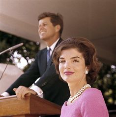 Beautiful First Lady, Jackie Kennedy with her husband, President John Kennedy. Jacqueline Kennedy Onassis, John Kennedy, Estilo Jackie Kennedy, Les Kennedy, Carolyn Bessette Kennedy, Jaqueline Kennedy, Jackie Kennedy Quotes, Kennedy Wife, Caroline Kennedy