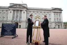 An easel is placed in the forecourt of Buckingham Palace in London to announce the birth of the royal baby
