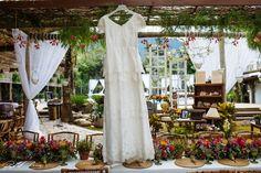 Vestido de noiva despojado, todo em renda com camadas e manga curta. Perfeito para casamento na praia.  Foto: Raphael Ranosi