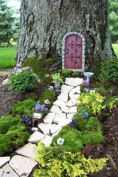 Tolle Deko: Miniaturgarten an einem Baum