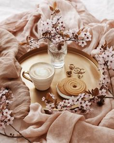 [New] The Best Home Decor (with Pictures) These are the 10 best home decor today. According to home decor experts, the 10 all-time best home decor. Coffee And Books, I Love Coffee, Coffee Art, Coffee Break, Morning Coffee, Flat Lay Photography, Coffee Photography, Food Photography, Cozy Aesthetic